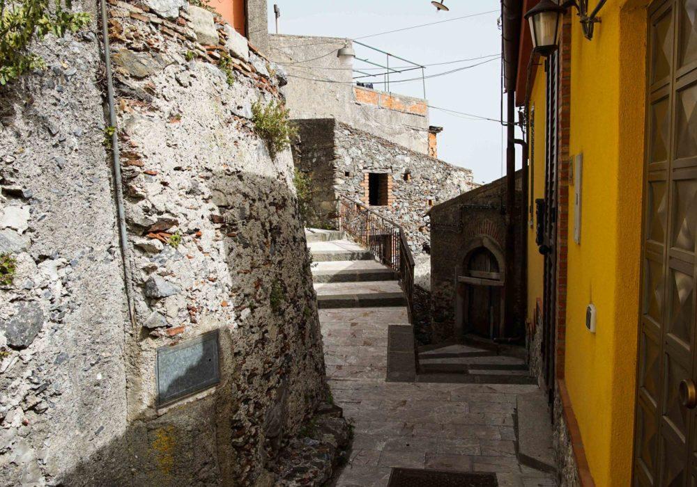 Узкая улица в Сицилии