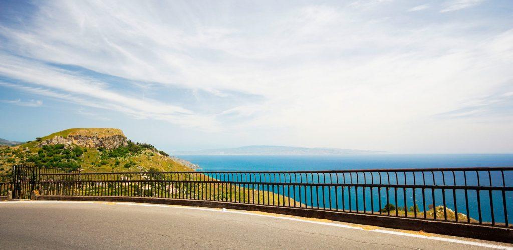 Вид на ионическое море и материковую Италию с дороги в Кастельмолу
