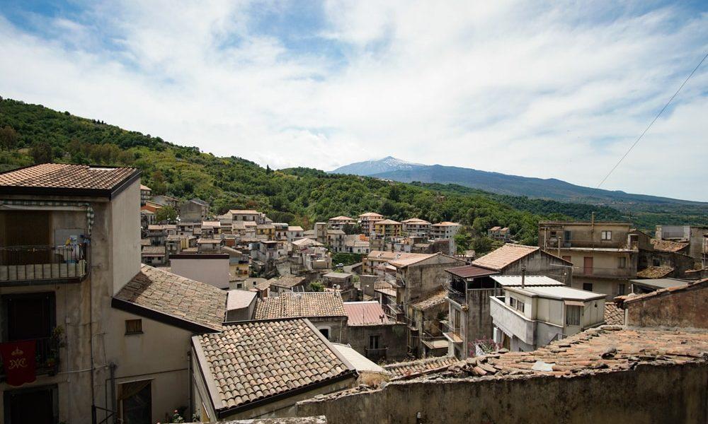 Кастильоне-ди-Сицилия вид на этну