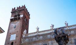 Палаццо Маффеи, Часовая башня и колонна Св. Марка