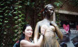 Считается, если  потереть Джульетту за правую грудь,то будет счастье в любви.  Кстати из за частых прикосновений к 2014 году на груди появилась трещина, и статую решено было перенести в музей,а во дворике оставить копию.