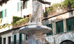 Статуя Веронской Мадонны