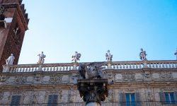 Кстати, на колонне Святого Марка расположен Венецианский лев. Этот лев является символом Венеции, а расположен от здесь, потому что Верона почти четереста лет находилась во власти Венеции.